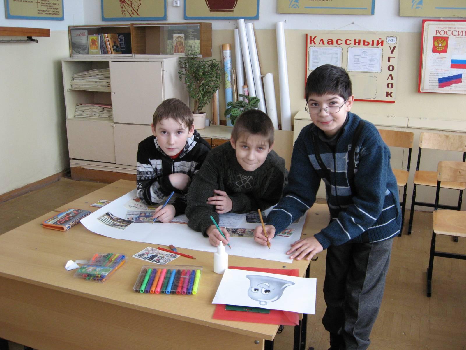 Дети рисующие стенгазету